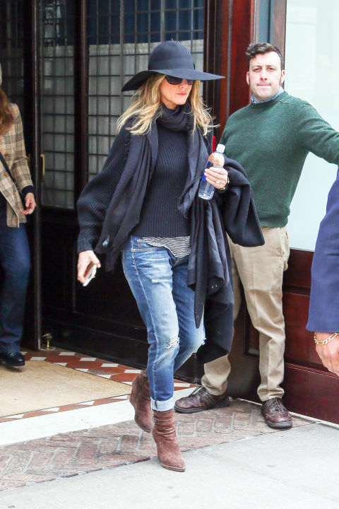 hbz-boyfriend-jeans-jennifer-aniston-splash